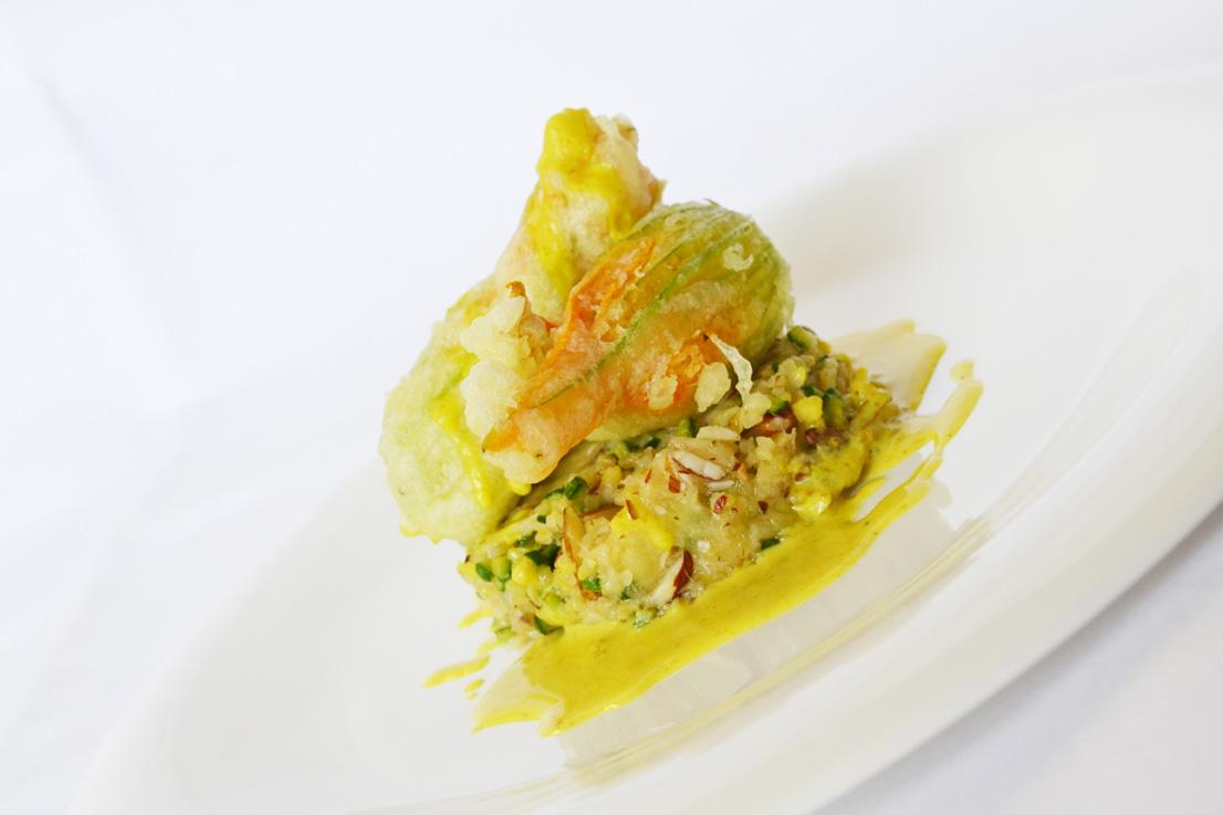 Boulgour-al-forno-alle-zucchine-mandorle-ed-Emmental-vellutata-al-curry-e-fiori-di-zucchina-in-pastella